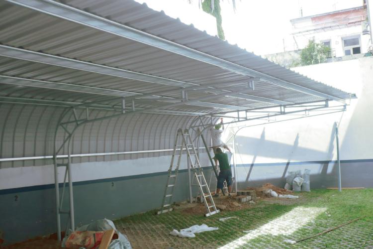 Curvin cubre cochera condor for Modelos de techos para cocheras